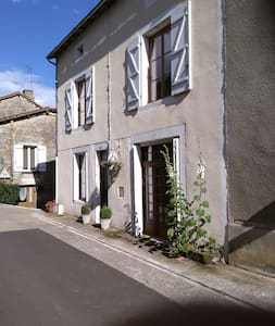 Traditional French village home - Nanteuil-en-Vallée - Pousada