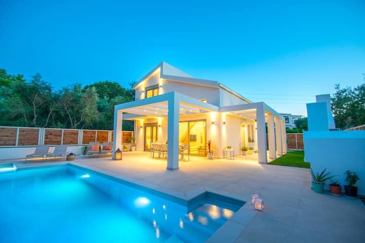 Villa MANDI & JANI (luxury 4bedroom walk to beach)