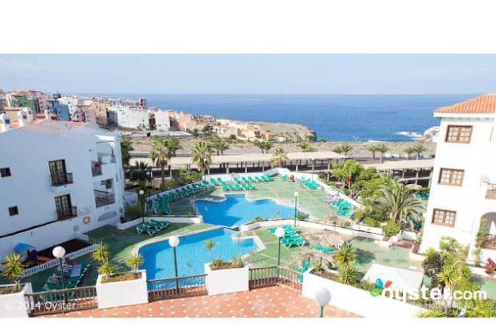 Este complejo de apartamentos es cómodo y está situado al suroeste de Tenerife. Ofrece un ambiente relajante en un entorno natural y cuenta con 4 piscinas, pista de tenis y de squash y minigolf.