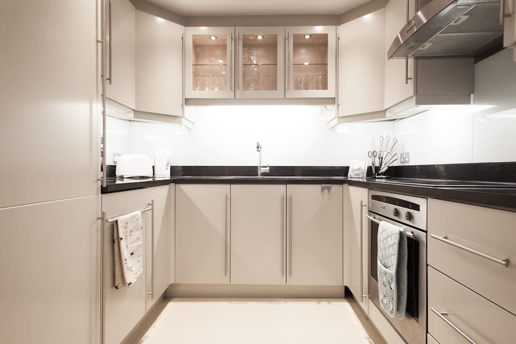 Fully fitted kitchen inc dishwasher, ceramic hob & oven