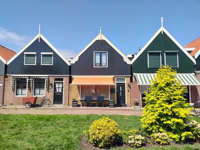 House in the center of Volendam - Photo by Gianmaria