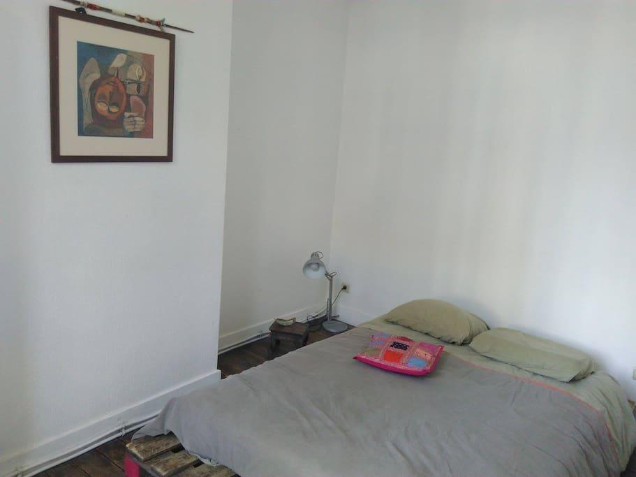 La chambre. Sommier en palettes, joli et très confo :)