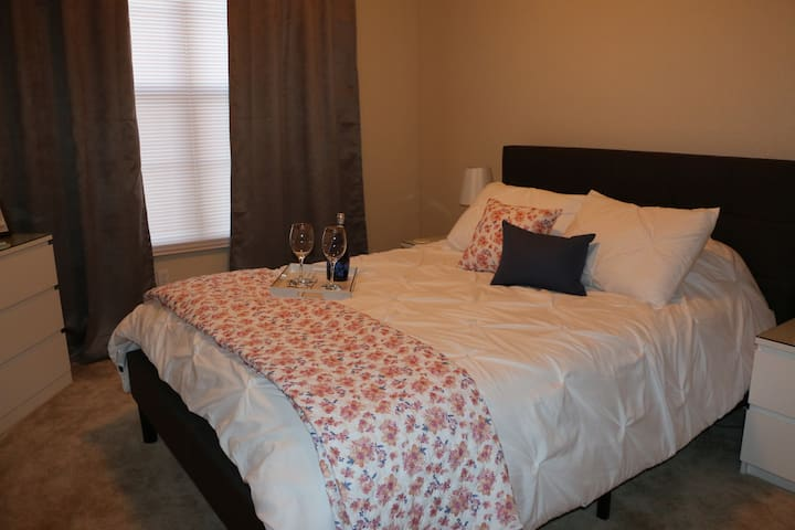Large Room near MSU Campus with Private Bath! - East Lansing - Apartment