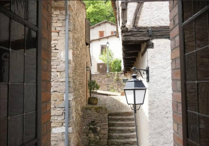 Maison atypique dans un village médiévale