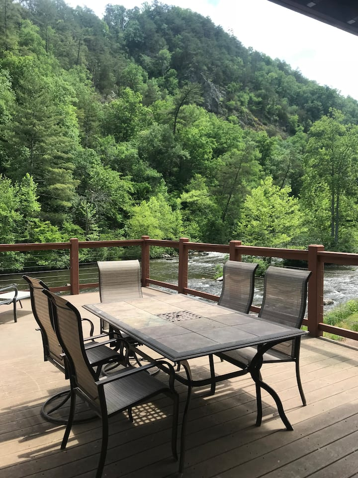 Modern Riverside Cabin (Cherokee National Forest)