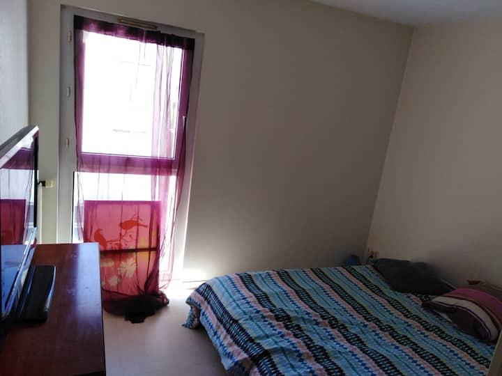 Chambre dans logement bien situé