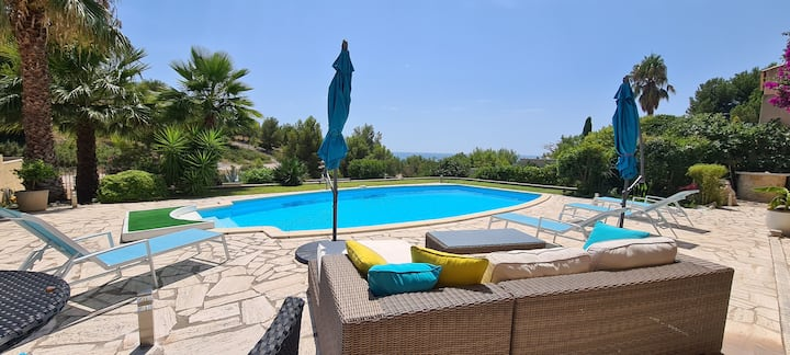 Grande chambre a louer avec piscine 50 m de la mer