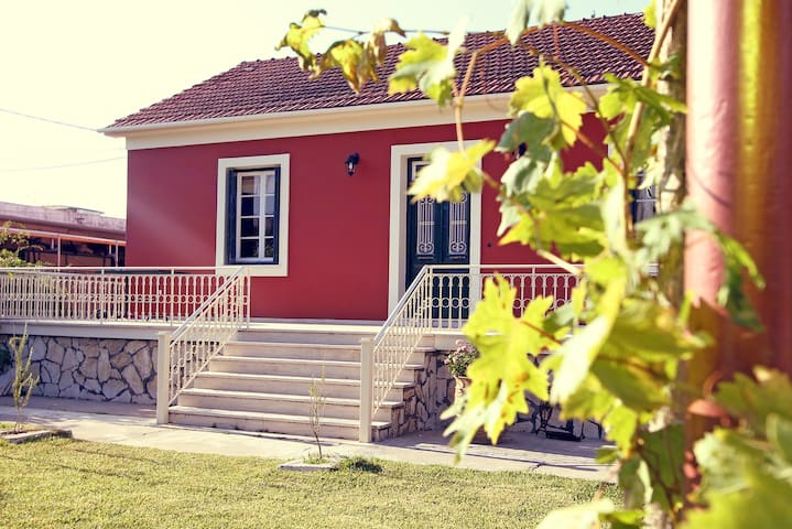 Sunny Corfu family house, centrally located - Kerkira - Hus