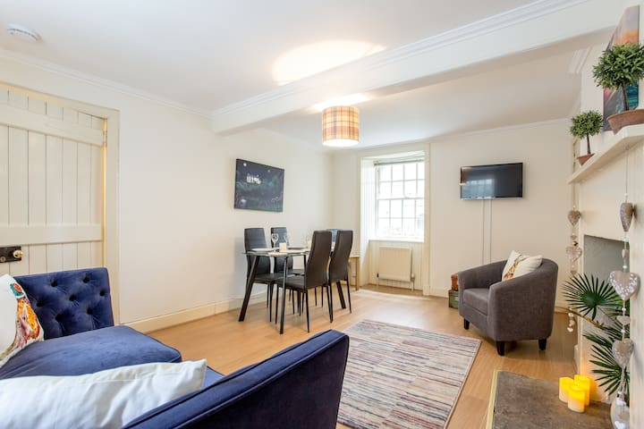 Old Town period apartment with lovely lounge