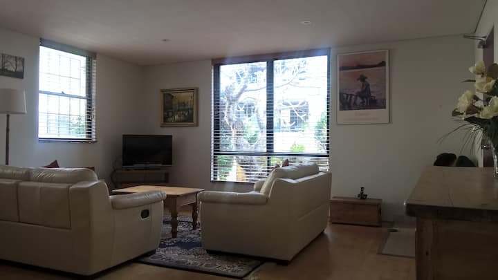 Newtown:1 bed apartment in Great Location