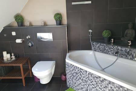 Zimmer mit eigenem Bad; fussläufig Horrem HBF