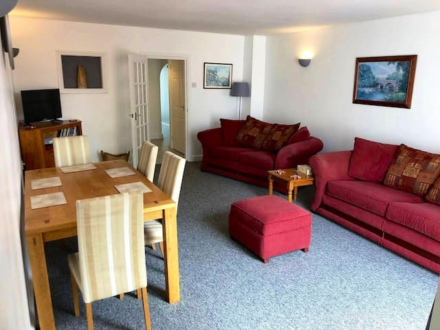 Spacious, Private Ground Floor Flat and Garden