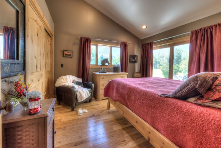 The master bedroom is furnished with a very comfortable queen size bed with a Tempurpedic mattress and pillows. There is a side deck a large closet and beautiful views. There are blackout curtains for privacy. You will sleep like a baby!