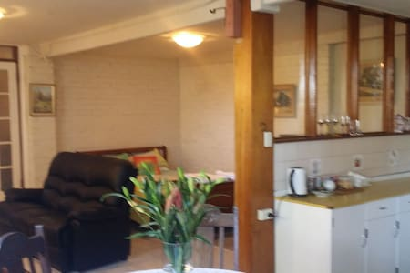 Lynn's Den - Springwood - Apartemen