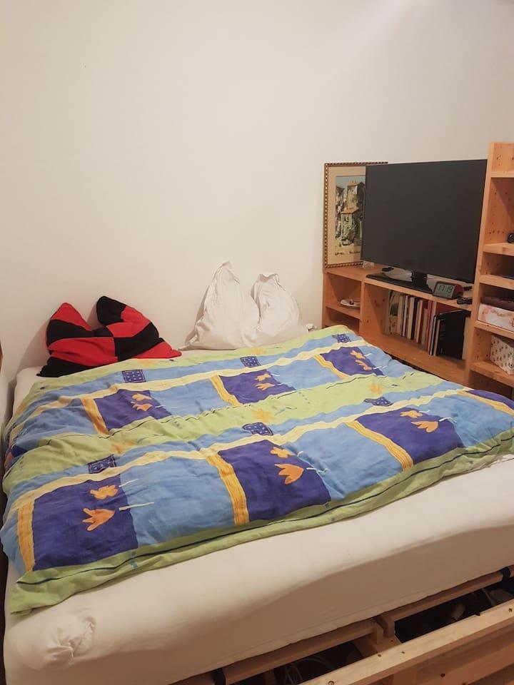 Bett 1,80 x 2,00 Meter mit TV