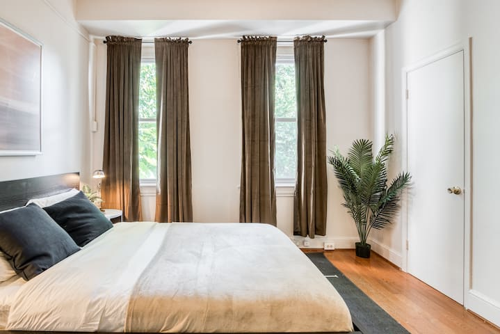 Spacious Queen Room in Shaw