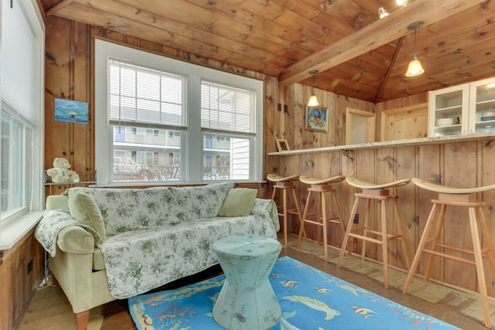 Charming home w/ rooftop deck & partial ocean view - 75 yards to the beach!