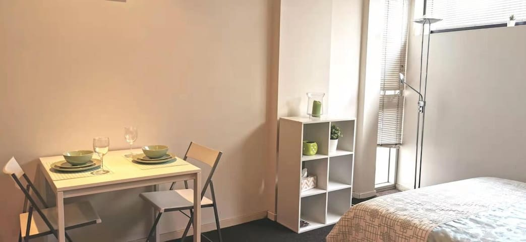 PERFECT LOCATION! Close to Melb Uni and Chinatown