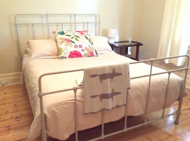 Lovely period room with Queen bed - Box Hill North - House