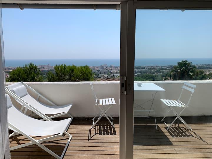 Ático con balcón y vista al mar. CASA MIMI SITGES