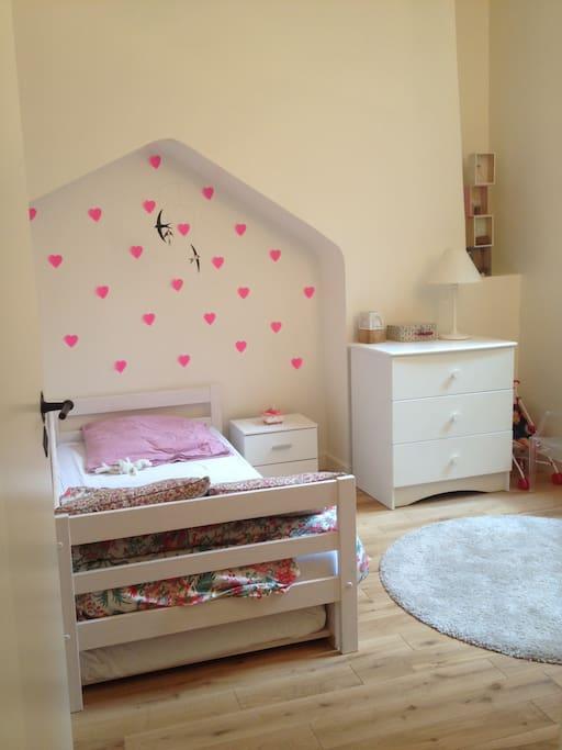 Dans la chambre de ma fille on peut dormir à deux : lit tiroir de deux matelas de 80x180cm.