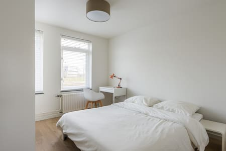 Beautiful room, good area, including 2 free bikes! - Almere - Ház
