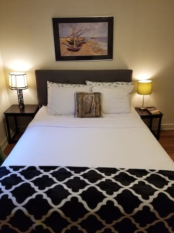 """""""Great hostess.  Quiet neighborhood close to downtown Durham and Duke University. Clean rooms with nice amenities. Highly recommend"""" Keith"""