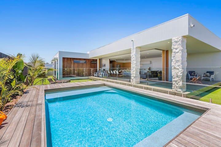 Modern beach house short stroll to Casuarina beach