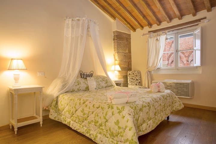 Suite with breakfast in the heart of the town. B&B - Lucca - Bed & Breakfast