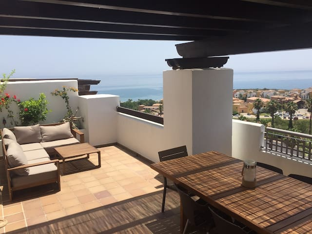 STUNNING TWO BEDROOMS APARTMENT WITH SEA VIEW - La Alcaidesa - Apartemen