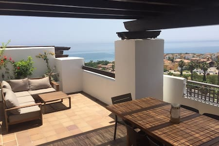 STUNNING TWO BEDROOMS APARTMENT WITH SEA VIEW - La Alcaidesa - Departamento