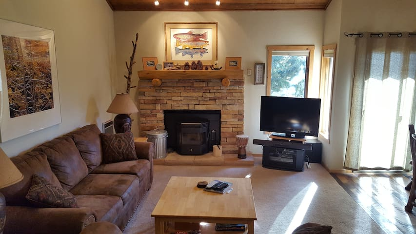 Clean and Spacious Snowcreek Condo With Mtn Views