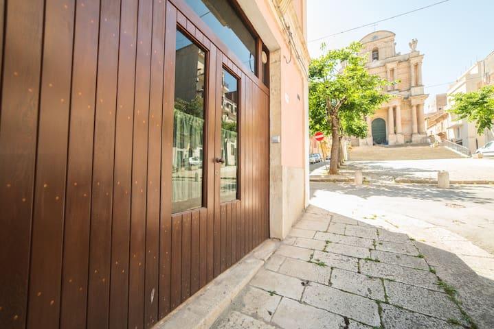 portone d'ingresso e vista piazza