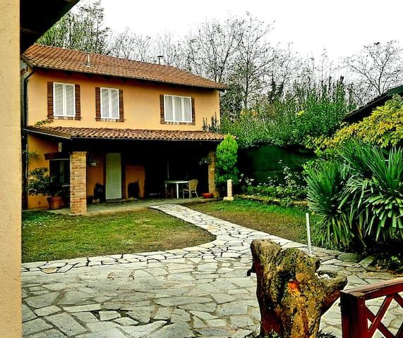 fronte casa con giardino privato...rifiniture con mattone antico