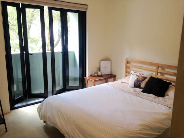 Cute private room w/ bathroom. Near Newtown Stn. - Newtown - Appartamento