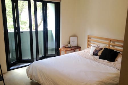 Cute private room w/ bathroom. Near Newtown Stn. - Newtown - Apartamento