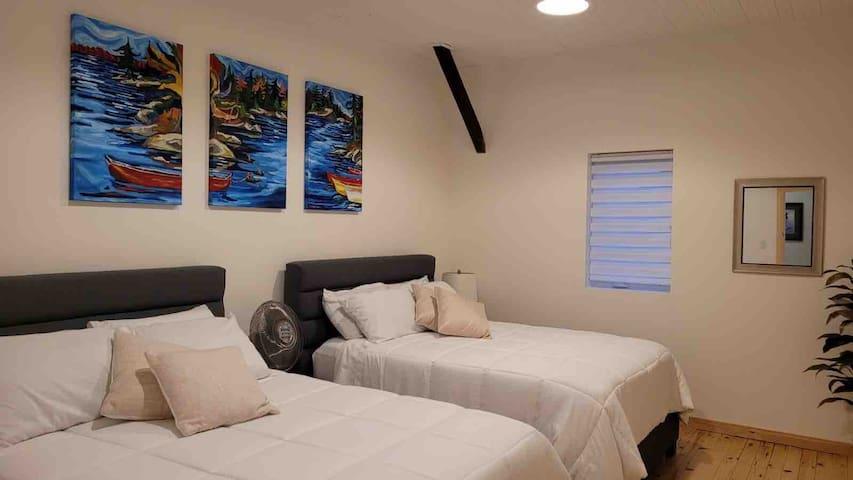 Secondary bedroom - 2 Queen bed. Walk-in closet. 10' ceilings.