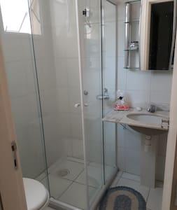 Alugo 1  suite em apartamento