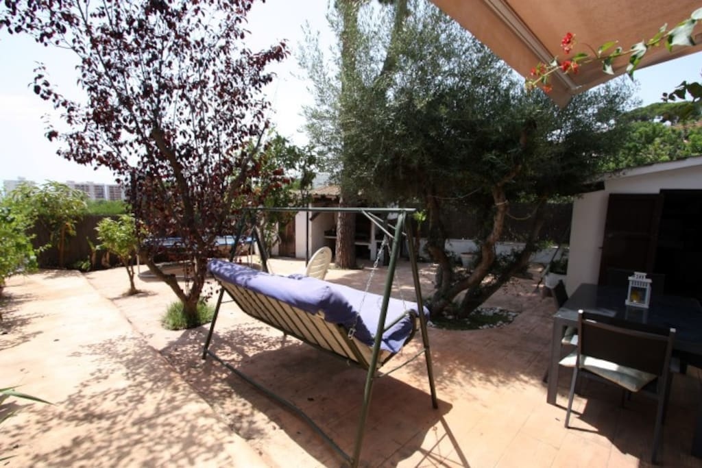 LARGE PRIVATE GARDEN W CHILLOUT, BBQ AND KIDSPLAY AREA