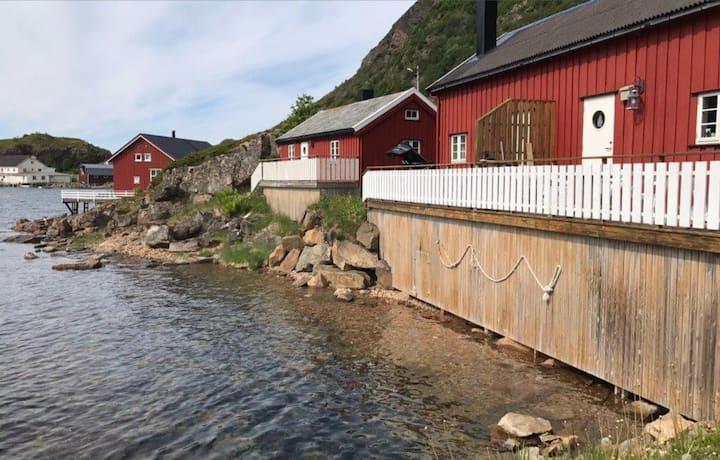 Rorbu (fishermans cabin 2) i sjøkanten. (Sentralt)