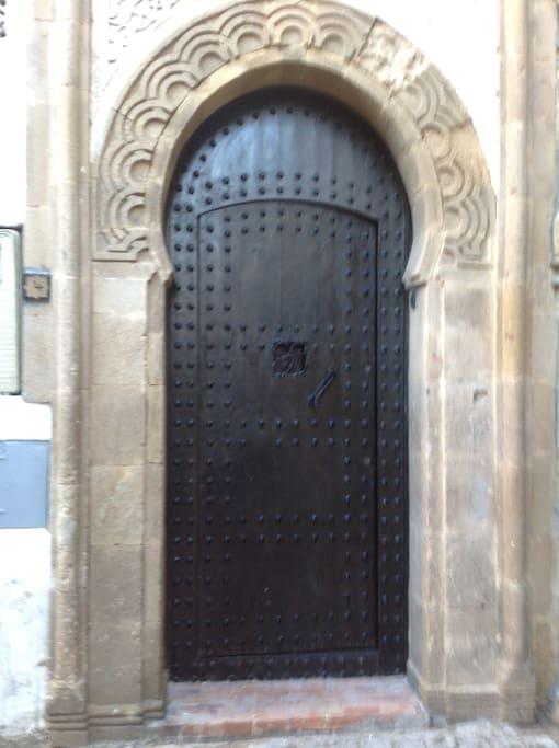 Porte d'entrée, dans une rue calme de la medina