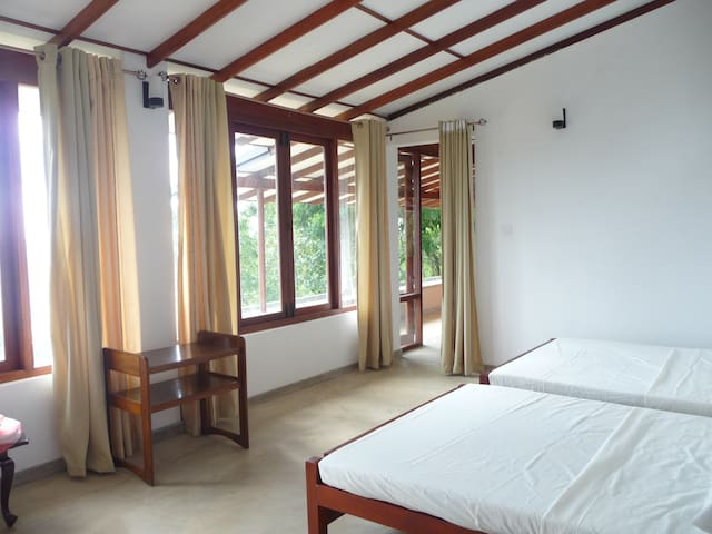 Family room with a view of Bible Rock - Kadugannawa - Bungalow