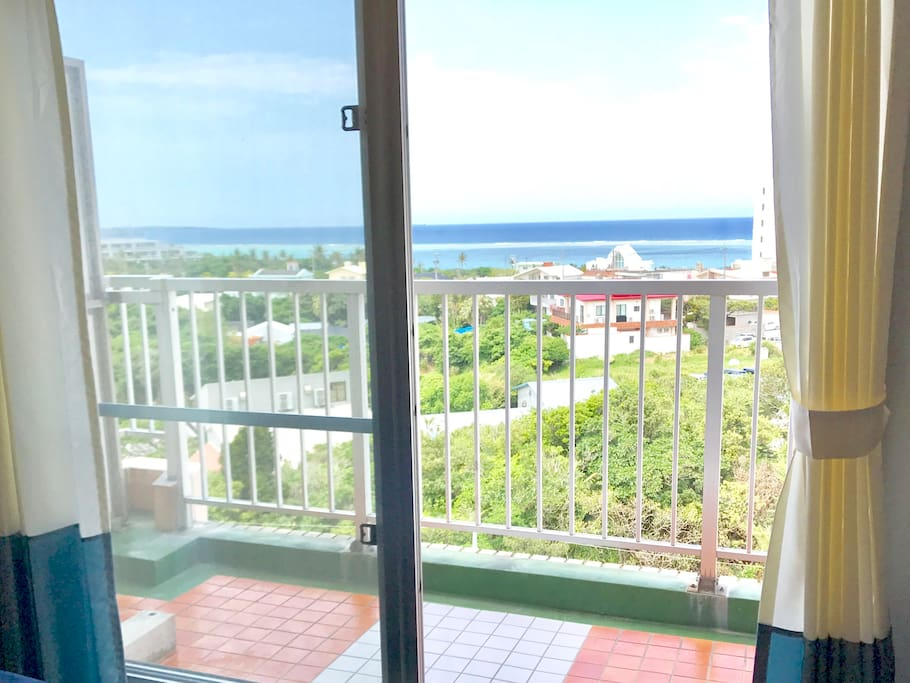 【OKINAWA】TIGER BEACH ROOM/TIGER BEACH ON THE ROUTE58. BUS STOP IS IN FRONT OF THE BUILDING. NICE VIEW FROM THE BALCONY.  沖縄タイガービーチ:R58沿いタイガービーチバス停目の前の、バルコニーからの景色が綺麗なお部屋