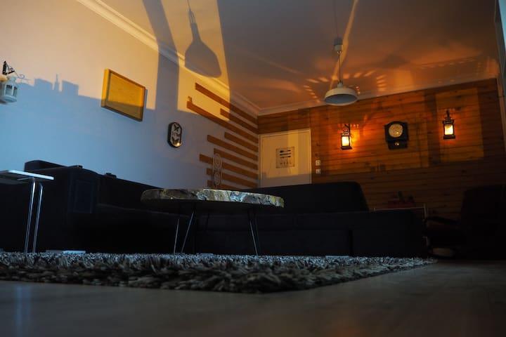 Merkezi lokasyonda rahat ve şık döşenmiş bir ev