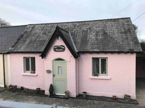 *cosy welsh cottage with hot tub*