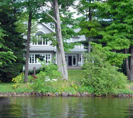 Luxurious house by the Lake Magog