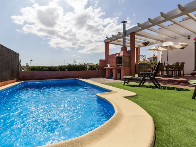 Cottage with pool, terrace with views and wifi