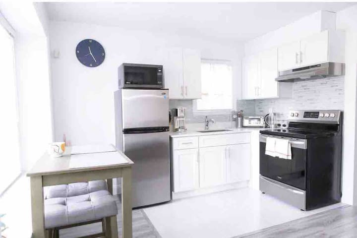 Bright clean 1 br suite steps from Commercial Dr
