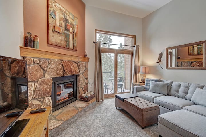 Cozy mountain condo w/ Wifi + fireplace