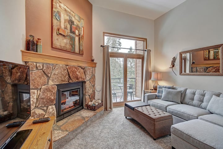 Cozy mountain condo w/ Wifi + fireplace